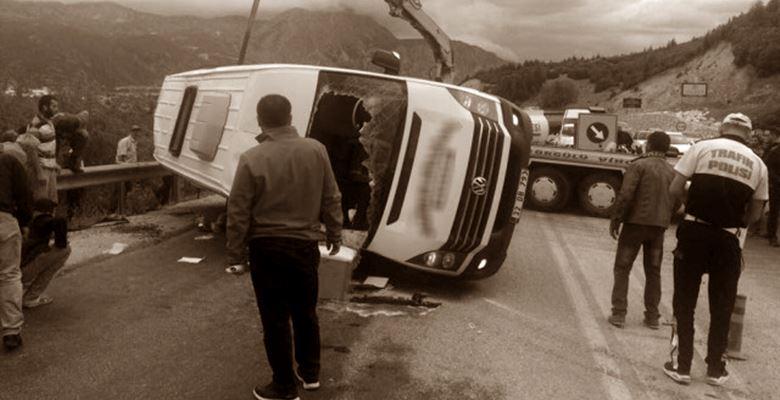 Yolcu minibüsü ile kamyon çarpıştı : 1 ölü 24 yaralı