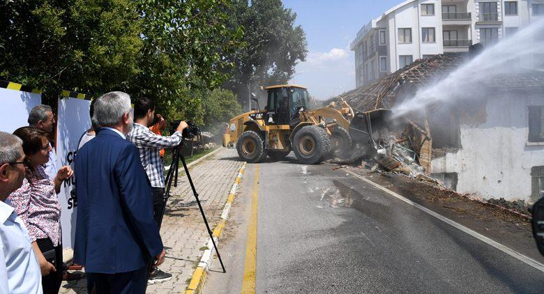 Kalan evlerin yıkımları devam ediyor