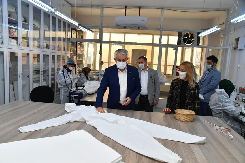 Isparta Belediyesi'nin atölyelerinde günde 20 bin maske üretiliyor