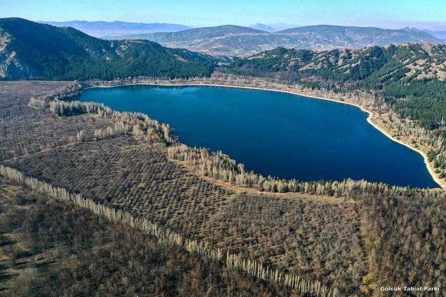 Gölün etrafı 150-300 m'yi bulan volkanik küllü tepelerle çevrilidir. Daireyi andıran gölün çapı derinliği yer yer 32 m'yi bulur.