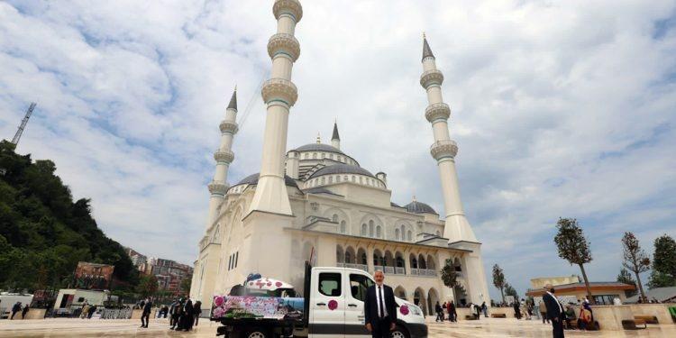Isparta Belediyesi, Zonguldak'ta Yolları Gülsuyu İle Yıkadı